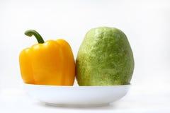 Granatapfel und grüner Pfeffer auf Platte Lizenzfreie Stockfotos