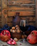 Granatapfel, Walnüsse, Trauben und Wein Lizenzfreie Stockfotografie