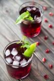 Granatapfelcocktail mit Granatapfelsamen, -kalk und -minze Alkoholisch und nicht alkoholisch Stockfoto