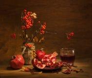 Granatapfelfrüchte und -saft Stockbilder