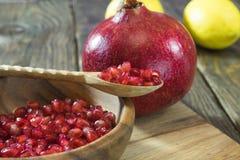 Granatapfelkörner in einer hölzernen Schüsselnahaufnahme Lizenzfreie Stockfotografie