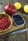Granatapfelkörner in einer hölzernen Schüsselnahaufnahme Lizenzfreie Stockfotos
