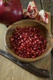 Granatapfelkörner in einer hölzernen Schüsselnahaufnahme Stockfotografie