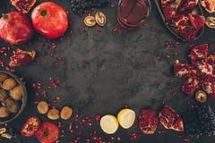 Granatapfelsaft im Glas und in den Früchten Lizenzfreie Stockfotografie