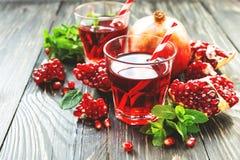Granatapfelsaft mit frischen Früchten und Minze Lizenzfreies Stockfoto