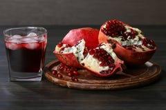 Granatapfelsaft und rote Granatapfelfrucht Stockfotos