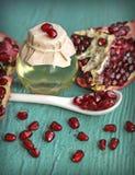 Granatapfelstartwert für zufallsgeneratorschmieröl in der Flasche Lizenzfreies Stockfoto