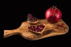 Granatapfelstillleben auf hölzernem Schneidebrett Lizenzfreie Stockfotografie
