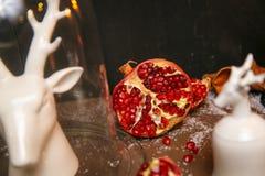Granate maduro fresco en cierre de la tabla para arriba Imagen de archivo libre de regalías