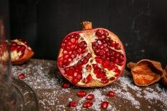 Granate maduro fresco en cierre de la tabla para arriba Foto de archivo libre de regalías