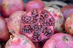 Granato organico, fresco, rosso da vendere ad un mercato locale degli agricoltori a Tbilisi, Georgia fotografia stock libera da diritti