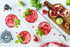 Granatowa basilu Martinis lub dżinu roztrzaskania koktajle Fotografia Stock