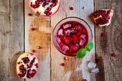 Granatowa koktajl z lód owoc na Drewnianym stole i mennicą Ponowny zdjęcia royalty free