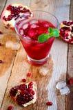 Granatowa koktajl z lód owoc na Drewnianym stole i mennicą Ponowny zdjęcia stock