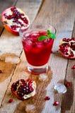 Granatowa koktajl z lód owoc na Drewnianym stole i mennicą Ponowny obrazy royalty free