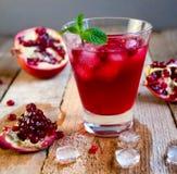 Granatowa koktajl z lód owoc na Drewnianym stole i mennicą Ponowny obraz stock