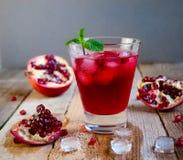 Granatowa koktajl z lód owoc na Drewnianym stole i mennicą Ponowny zdjęcie royalty free