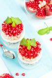Granatowa parfait - słodki organicznie płatowaty deser z granola płatkami, jogurtem i czerwonymi dojrzałymi owoc ziarnami, obrazy royalty free