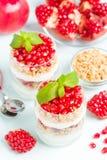 Granatowa parfait - słodki organicznie płatowaty deser z granola płatkami, jogurtem i czerwonymi dojrzałymi owoc ziarnami, obrazy stock