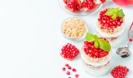 Granatowa parfait - słodki organicznie płatowaty deser z granola płatkami, jogurtem i dojrzałymi owocowymi ziarnami, obraz stock