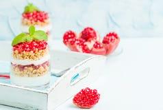 Granatowa parfait - słodki organicznie płatowaty deser z granola płatkami, jogurtem i dojrzałymi owocowymi ziarnami, fotografia stock