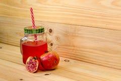 Granatowa sok w rocznika kamieniarza słoju z czerwoną słomą zdjęcia stock