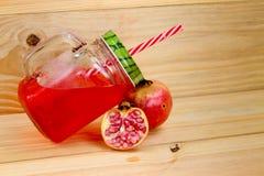 Granatowa sok w rocznika kamieniarza słoju z czerwoną słomą fotografia stock