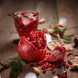 Granatowa sok z granatowami i wysuszonymi owoc na drewnianym stole Kraju styl obrazy stock