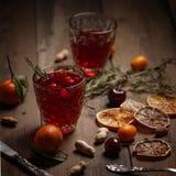 Granatowa sok z granatowami i wysuszonymi owoc na drewnianym stole Kraju styl zdjęcia royalty free