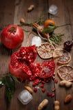 Granatowa sok z granatowami i wysuszonymi owoc na drewnianym stole Kraju styl fotografia stock