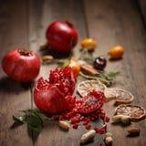 Granatowa sok z granatowami i wysuszonymi owoc na drewnianym stole Kraju styl zdjęcie royalty free