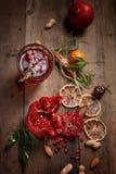 Granatowa sok z granatowami i wysuszonymi owoc na drewnianym stole Kraju styl obrazy royalty free