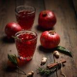 Granatowa sok z granatowami i wysuszonymi owoc na drewnianym stole Kraju styl zdjęcie stock
