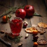 Granatowa sok z granatowami i wysuszonymi owoc na drewnianym stole Kraju styl obraz stock