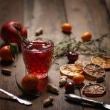 Granatowa sok z granatowami i wysuszonymi owoc na drewnianym stole Kraju styl obraz royalty free