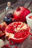 Granatowiec i butelki esencja lub tincture na stole obrazy stock