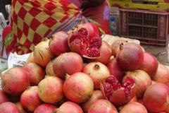 Granatäpfel in Indien Stockbilder