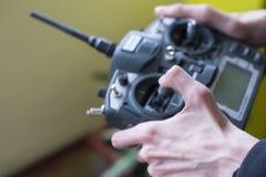 Grand à télécommande par radio dans la main du ` s de garçon Photos libres de droits