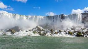 Grand écoulement de cascades enthousiaste et énergique photographie stock libre de droits