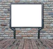 Grand écran vide, vide, blanc de panneau d'affichage sur le mur de briques Images stock