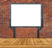 Grand écran vide, vide, blanc de panneau d'affichage sur le mur de briques rouge Photos libres de droits