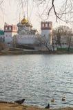 Grand étang de Novodevichy à côté des murs et des tours de guet antiques du couvent de Novodevichy à Moscou Images libres de droits