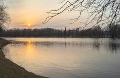 Grand étang de Novodevichy sur le coucher du soleil en premier ressort moscou Images stock