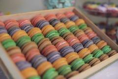 Grand affichage en bois des macarons colorés à une friandise à une réception, au mariage ou à une partie Photographie stock libre de droits