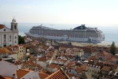 Grand amarrage de navire à la vieille ville Alfama, Portugal de Lisbonne Photos stock