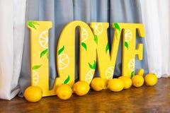 Grand amour jaune de mot et citrons frais Photographie stock