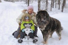 Grand amour pour des enfants et des animaux Photos libres de droits