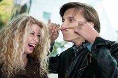 Grand amusement - couple jouant avec le cheveu Images stock