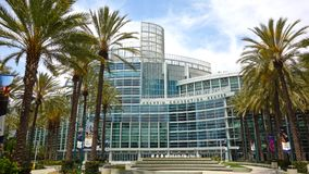 Grand-angulaire d'Anaheim Convention Center avec de belles paumes photo stock