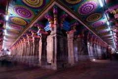 Grand-angulaire de l'intérieur du temple de meenakshi dans l'Inde de Madurai, avec le plafond et les colonnes colorés images stock